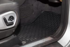 Gummi Fußmatte im Auto